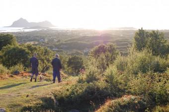 Far og sønn (og puddel) på vei ned Brekka