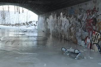 Tykt lag med is dekker bakken
