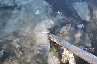 Isen brytes av broa